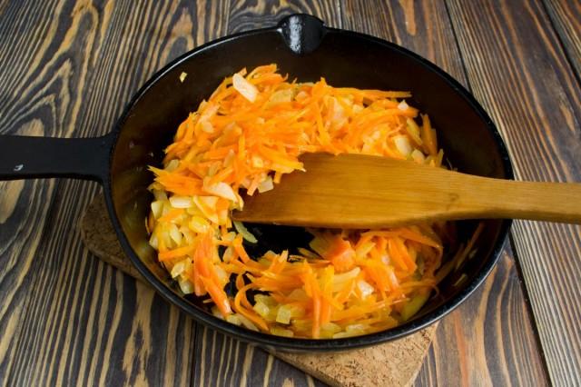 Добавляем в сковороду натёртую морковь