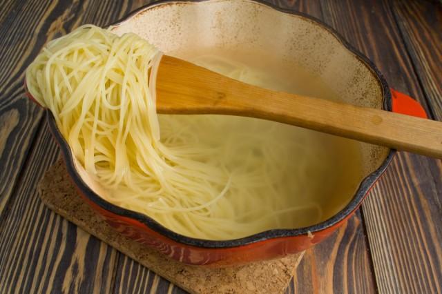Отвариваем спагетти или домашнюю лапшу