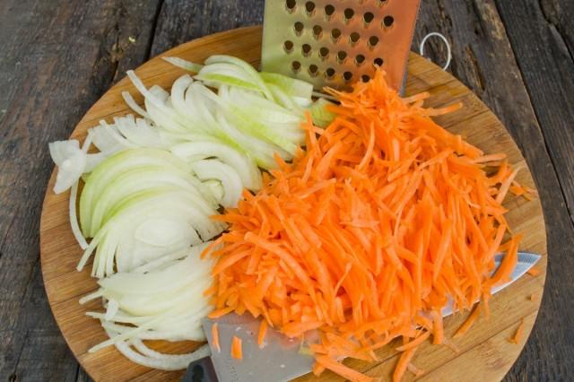 Нарезаем репчатый лук и натираем морковь
