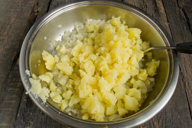 Мякоть отваренного картофеля рубим и добавляем к обжаренному луку