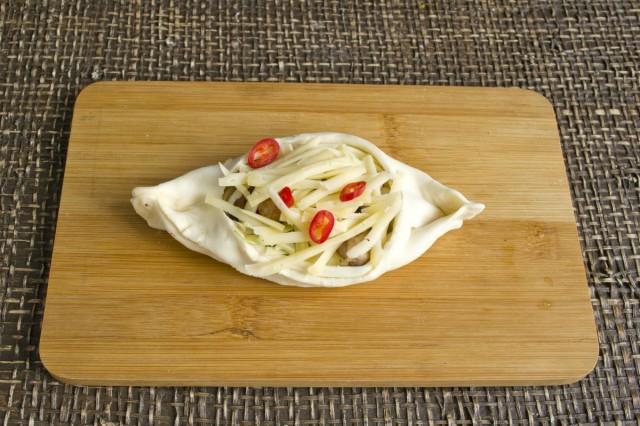 Посыпаем начинку сыром и острым перцем чили