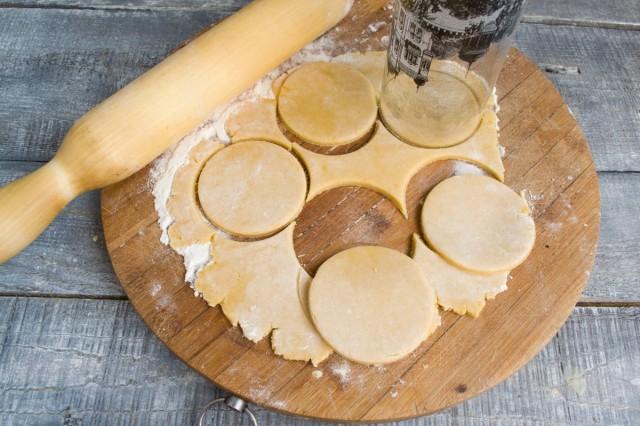 Раскатываем тесто и вырезаем круглые сабле