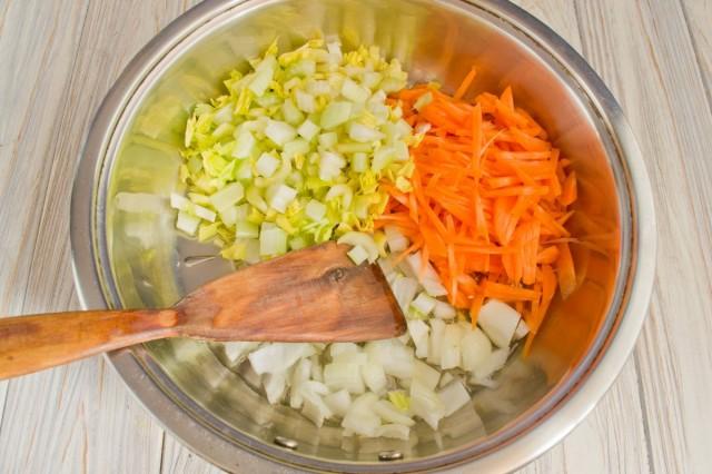 Добавляем сельдерей и жарим овощи на сковороде 10 минут
