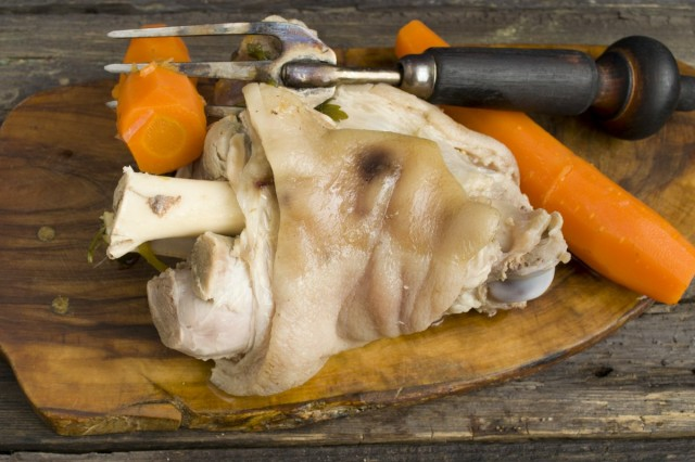 Достаем мясо и овощи из бульона