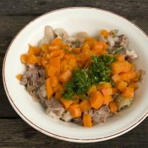 Режем зелень и морковку