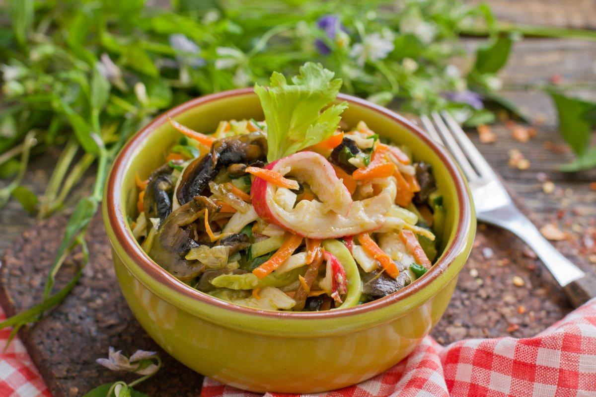 крабовый салат с грибами очень вкусный
