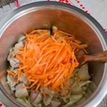 Добавляем нарезанную соломкой морковку и снова обжариваем все вместе