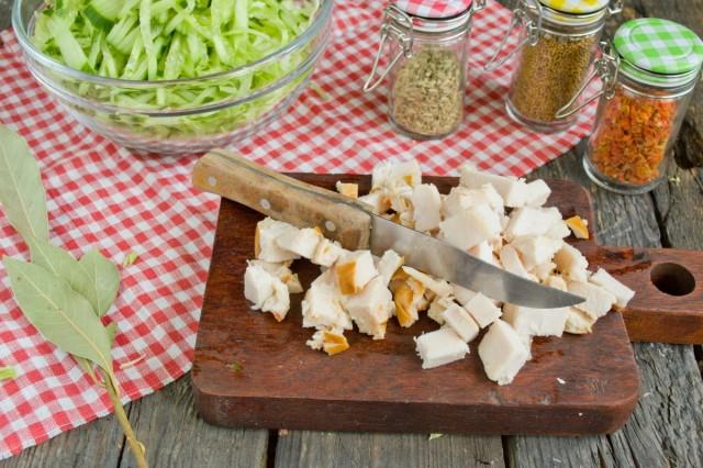 Нарезаем филе курицы кубиками и добавляем в салат