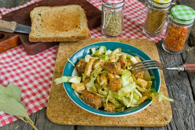 Салат из молодой капусты с ветчиной и сухариками готов!