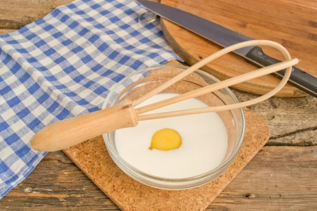Смешиваем сливки с куриными яйцами венчиком