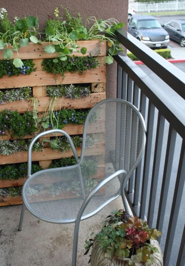 Создать вертикальный сад на гидропонике можно в переделанных под «стенку» паллетах (поддонах)