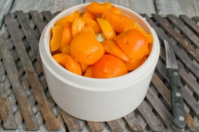 Делаем в блендере пюре из абрикосов