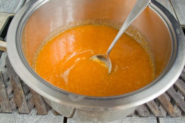 Постепенно доводим пюре из абрикосов до кипения