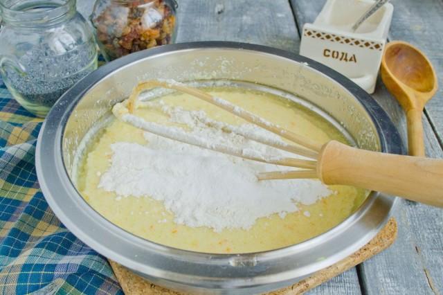 Смешиваем соду, разрыхлитель и муку, замешиваем тесто
