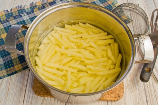 Моем, чистим и нарезаем картофель