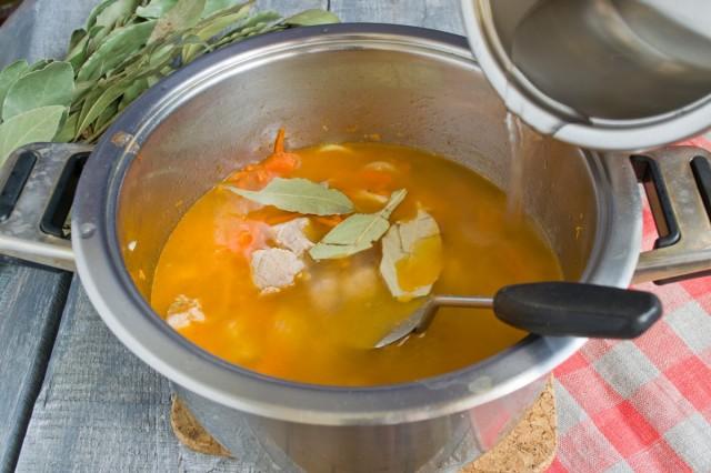 Заливаем обжаренные овощи и мясо кипятком