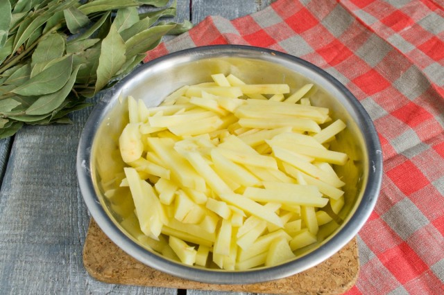 Пока варится мясо, нарезаем картофель