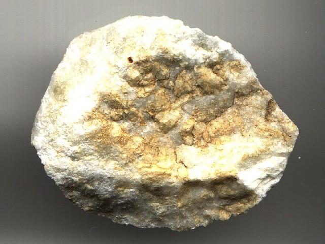 Доломитовую муку производят из доломита, карбонатного кристаллического минерала