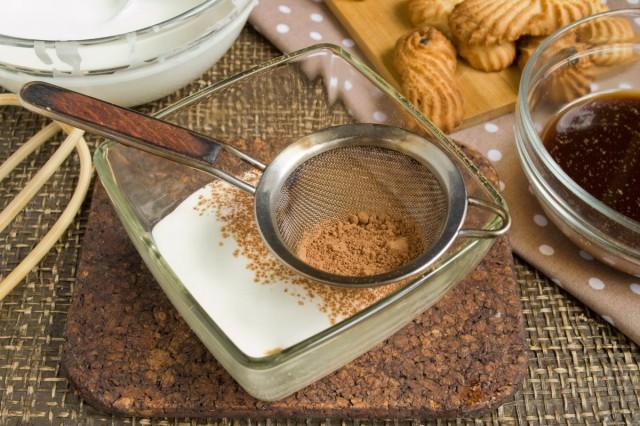 Опять - слой сливочного крема, который припудриваем какао