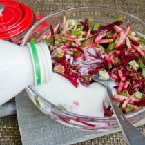 Заправляем овощи жирным кефиром