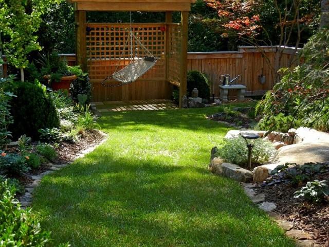 Интересное решение - добавить к коттеджному саду несколько элементов другого стиля