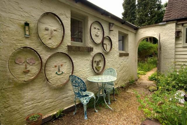 Зона отдыха в коттеджном стиле традиционно выполнена в виде патио и примыкает к дому