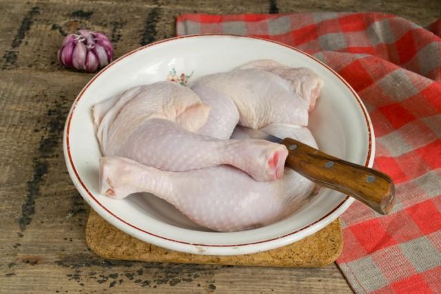 Тщательно моем куриные окорочка