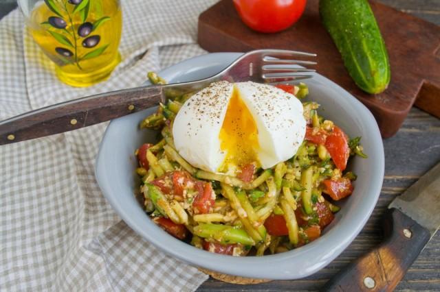 Салат с авокадо, помидорами и огурцами готов!