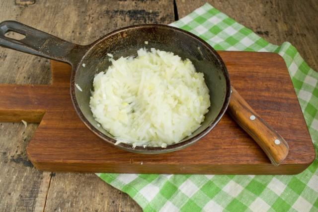 Пассеруем лук и добавляем в кастрюлю