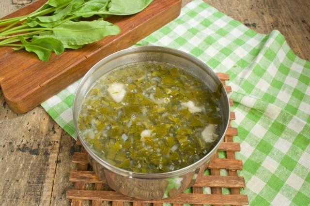 Добавляем в суп щавель, варим 2 минуты