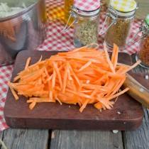 Нарезаем тонкими полосками морковь