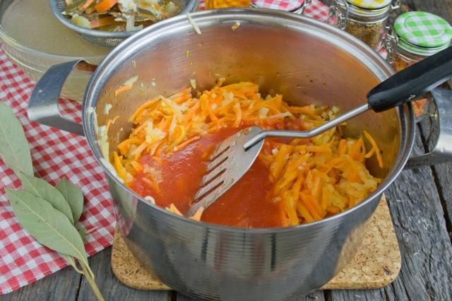 Добавляем в кастрюлю томатное пюре и сладкую паприку