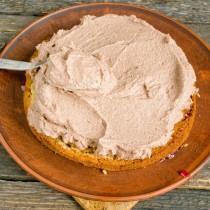 На клубничный джем кладём второй бисквит, покрываем его творожным кремом