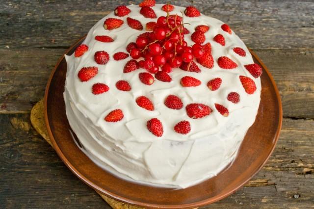 Украшаем торт ягодами, ставим в холодильник для пропитки