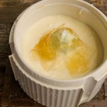 Смешиваем желатин, сливки и сливочный сыр