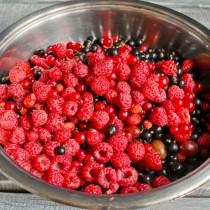 Высыпаем ягоды в посуду для варки