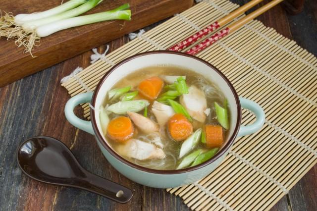 Китайский куриный суп с фунчозой готов!