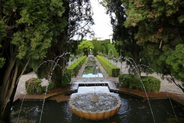 Фонтаны и водоемы строгих линий - обязательны в садах мусульманского стиля