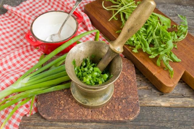 Растираем лук с солью в ступке