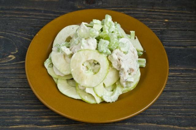 Выкладываем салат «Уолдорф» горкой