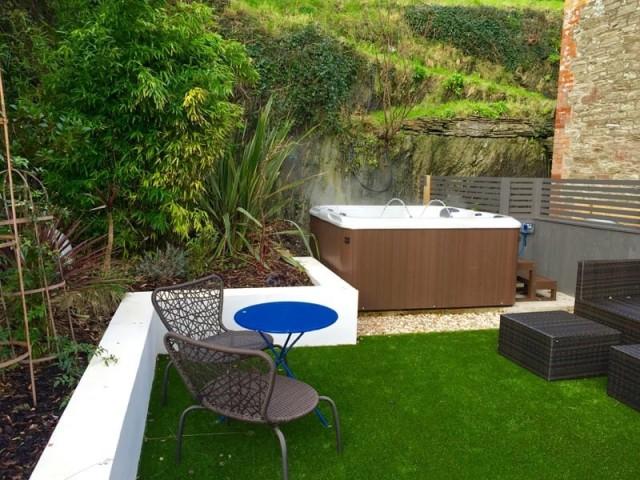 Установка джакузи в саду позволяет внести максимальное разнообразие в досуг