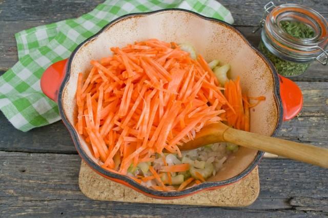 Добавляем морковь, тушим 5 минут