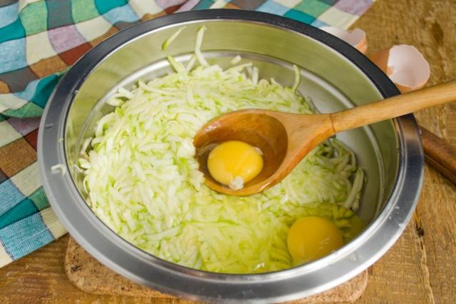 Смешиваем овощи с яйцами