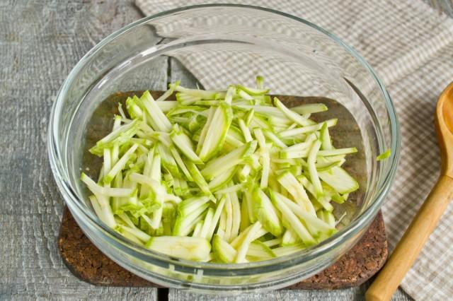 Молодые кабачки (цуккини) натираем на тёрке с самой мелкой насадкой, не солим!