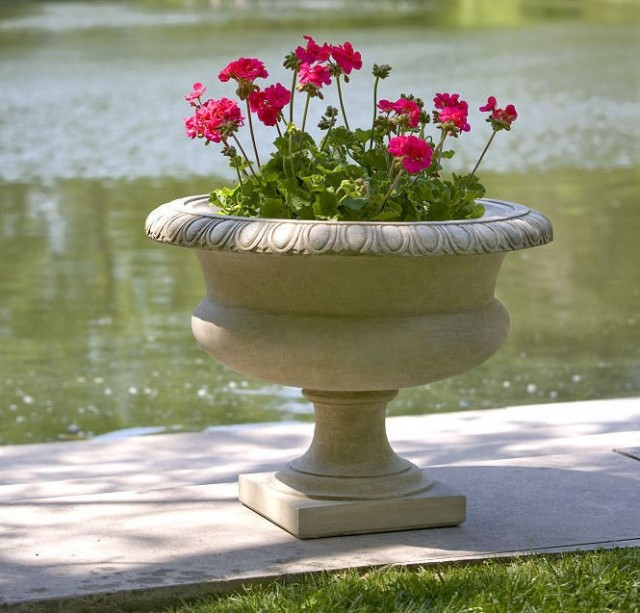 Растения подбирают под каменные ёмкости, а не наоборот
