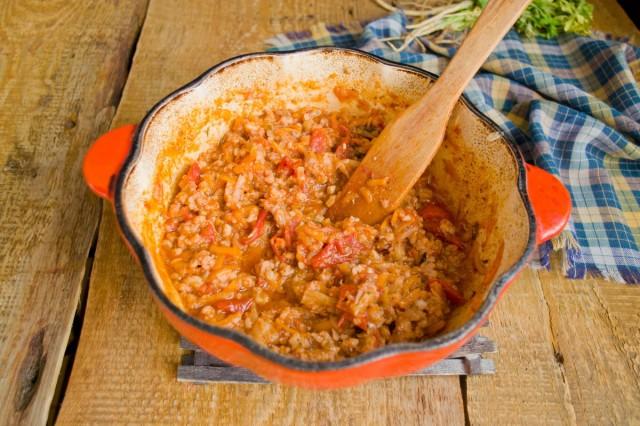 Тушим соус на маленьком огне примерно 40 минут