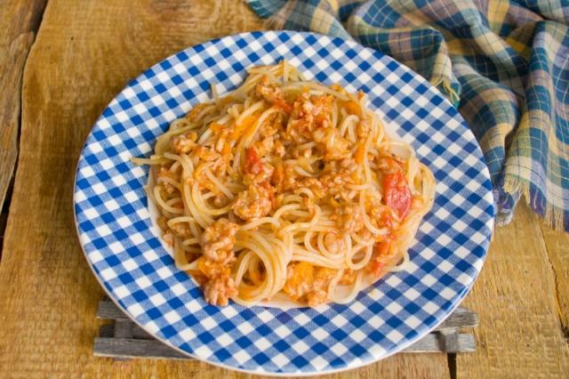 При подаче посыпаем макароны по-флотски зеленью и сыром