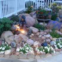 Мини-сад с камнями разного размера и широким набором растений на ограниченной площади – мини-рокарий