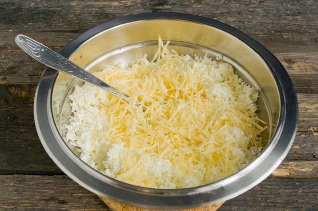 Добавляем твёрдый сыр, натёртый на тёрке