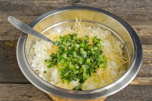Пассеруем лук, добавляем его в миску с творогом и сыром